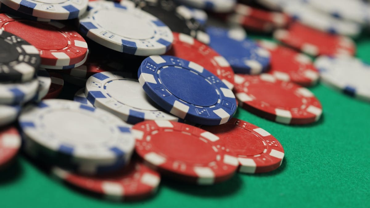 How to enjoy online poker games well and calmly